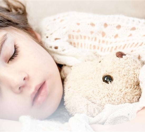 Los niños, ¿deben dormir con o sin luz?
